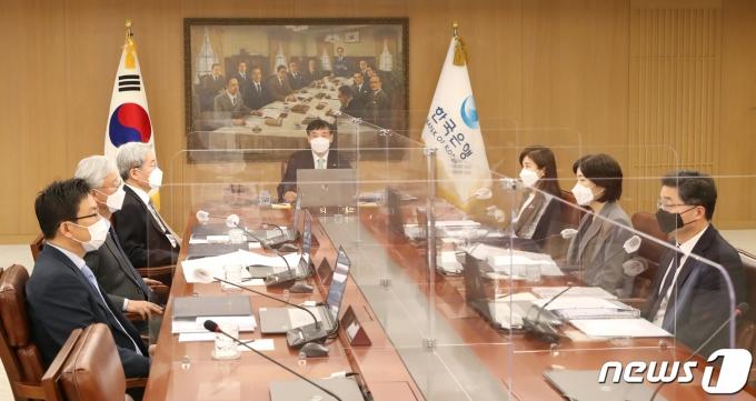 이주열 한국은행 총재가 15일 오전 서울 중구 한국은행에서 열린 금융통화위원회 본회의를 주재하고 있다. /사진=뉴스1