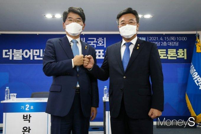 [머니S포토] 주먹 맞댄 박완주·윤호중