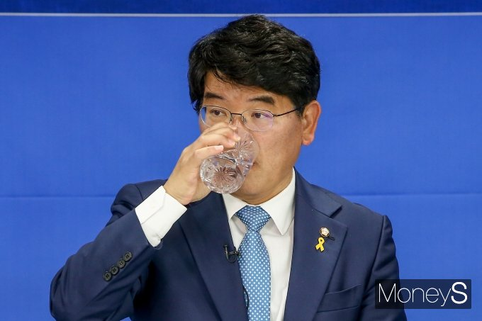 [머니S포토] 물 마시는 박완주