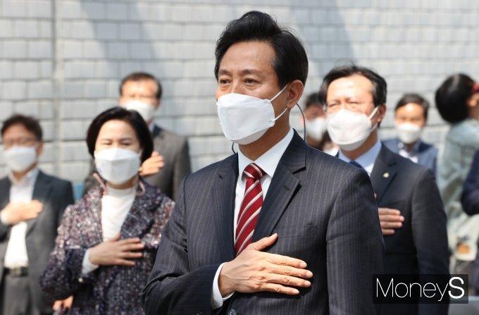 [머니S포토] 신월여의지하도로 개통, 국민의례하는 '오세훈'