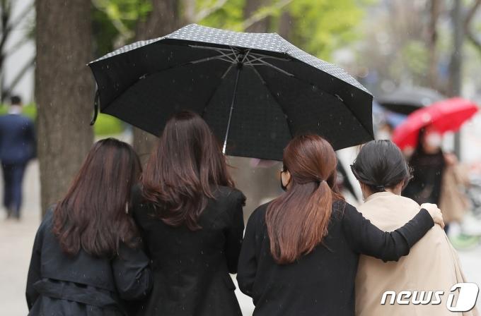 봄비가 내린 12일 서울 청계천 일대에서 우산 쓴 시민들이 발걸음을 재촉하고 있다. 2021.4.12/뉴스1 © News1 이성철 기자