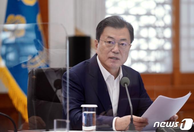 문재인 대통령이 15일 청와대 본관에서 열린 확대경제장관회의에서 발언하고 있다. 2021.4.15/뉴스1 © News1 유승관 기자
