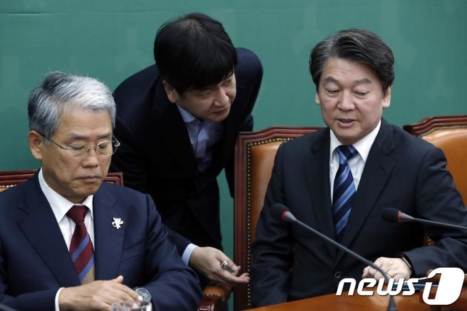 왼쪽부터 김동철 전 의원, 김도식 비서실장, 안철수 국민의당 대표 2017.11.1/뉴스1 © News1 안은나 기자