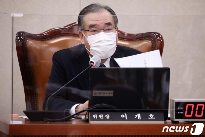이개호 위원장이 17일 서울 여의도 국회에서 열린 농림축산식품해양수산위원회 전체회의에서 발언하고 있다. 2021.2.17/뉴스1 © News1 성동훈 기자