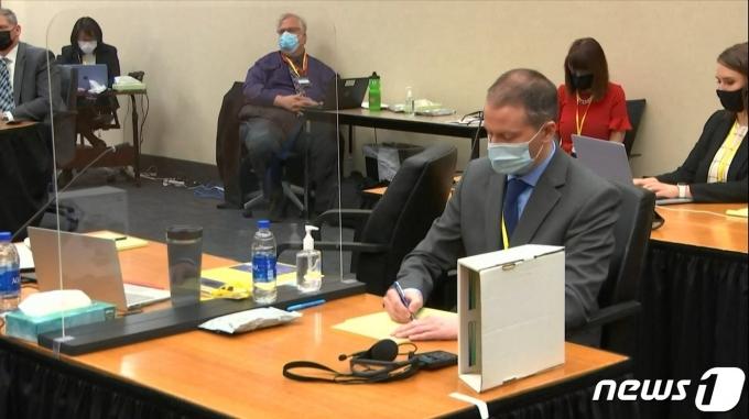 지난달 29일 미국 미네소타주 미니애폴리스의 헤너핀카운티 지방법원에 출석한 전직 경찰관 데릭 쇼빈(45). © AFP=뉴스1