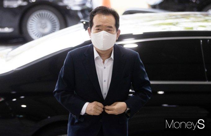 [머니S포토] 文 정부, 오늘 개각 단행…정부청사 출근한 '정세균'