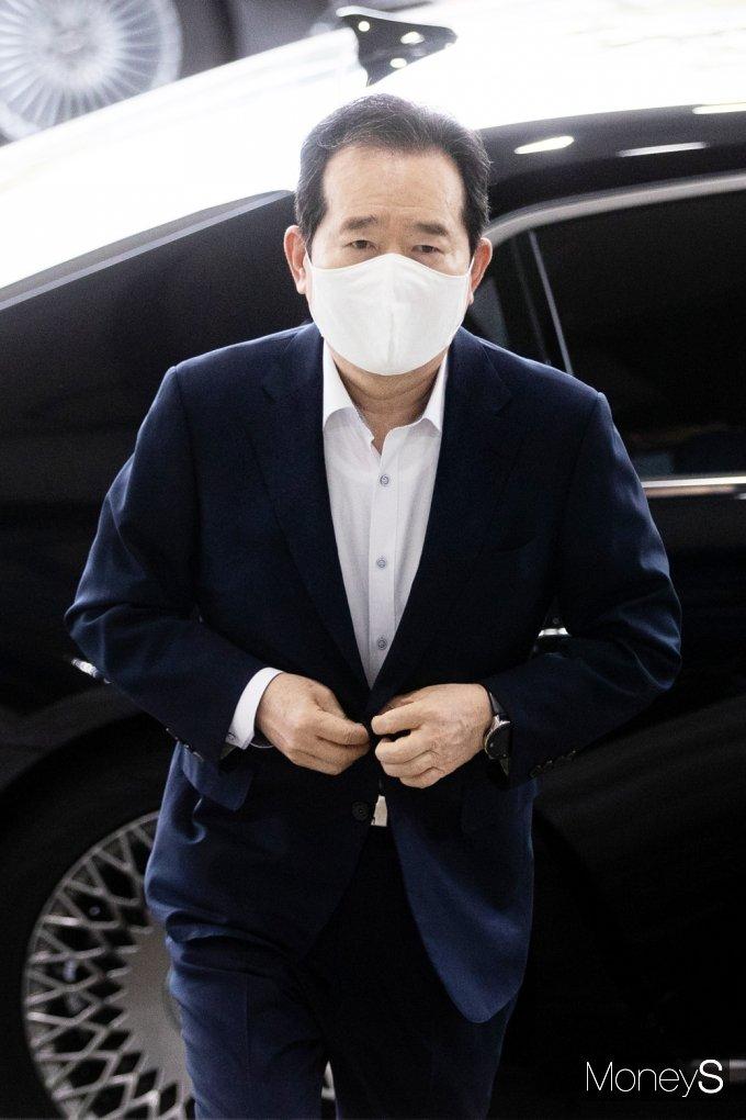 [머니S포토] 사의표명 '정세균' 정부청사 마지막 출근길