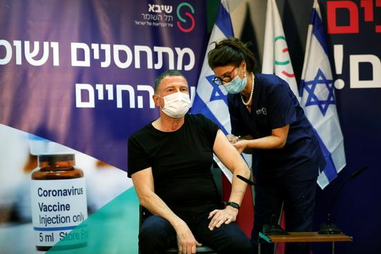율리 에델스타인(왼쪽) 이스라엘 보건부 장관이 '실외 마스크 착용 의무'를 해제한다고 15일(현지시각) 발표했다. /사진=로이터