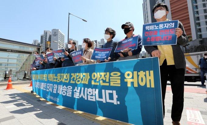 """문자 폭탄에 백기든 택배기사들…""""고덕아파트 배송 재개"""""""