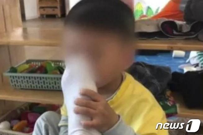 """중국의 한 유치원 교사가 원생들에게 """"자신의 발 냄새를 맡아보라""""고 강요해 사회적 파장을 일으켰다. /사진=뉴스1"""