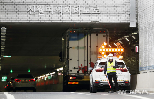 신월-여의 지하도로가 개통된 16일 진입구에서 대형화물차량이 진입하다 끼는 사고가 발생했다. /사진=뉴시스