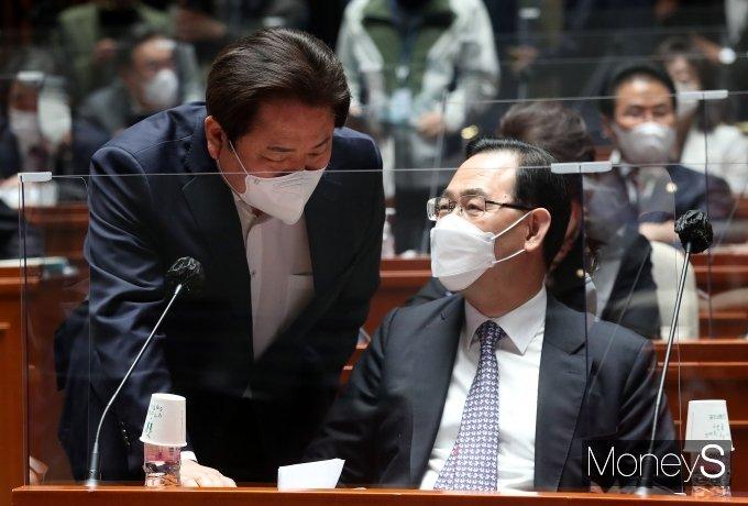 [머니S포토] 정양석 사무총장과 대화하는 주호영 대표 권한대행