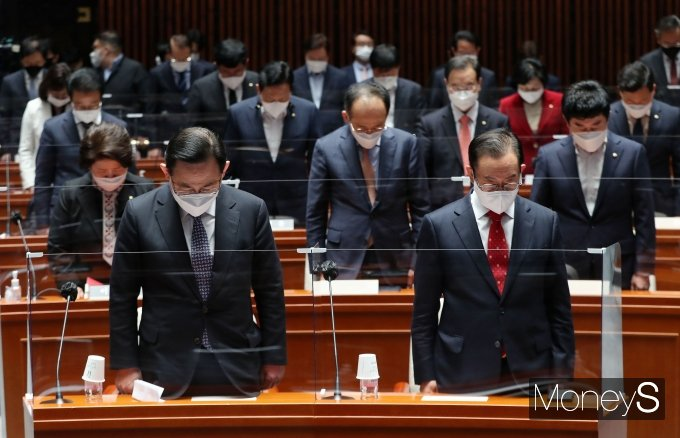 [머니S포토] 국민의힘 '세월호참사 희생자들을 기리며 묵념'