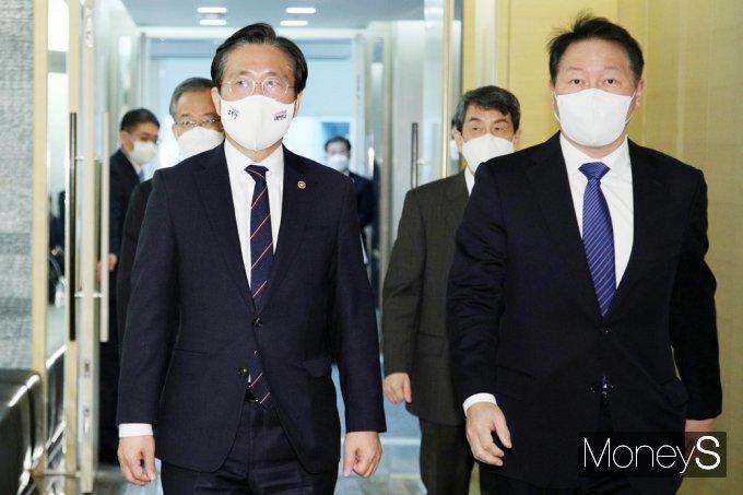 [머니S포토] 탄소중립 산업전환 추진위 참석한 성윤모-최태원