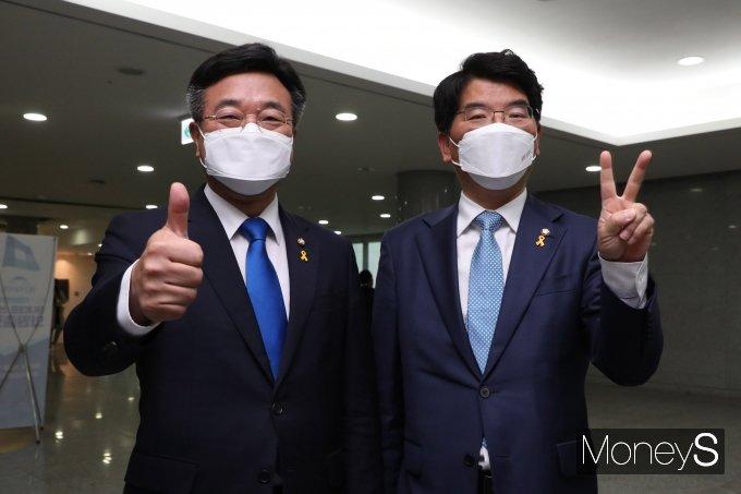 [머니S포토] 원내대표 선거 앞둔 윤호중·박완주 후보