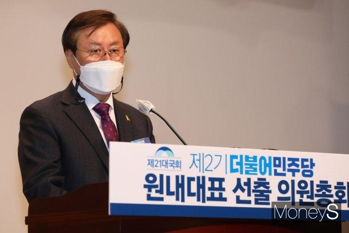 [머니S포토] 원내대표 선출 의원총회서 인사말 하는 도종환