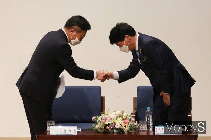 [머니S포토] 정견발표 후 악수하는 윤호중·박완주