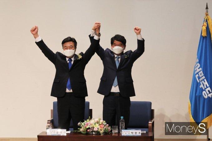 [머니S포토] 윤호중·박완주 '민주당 원내대표는 누구?'