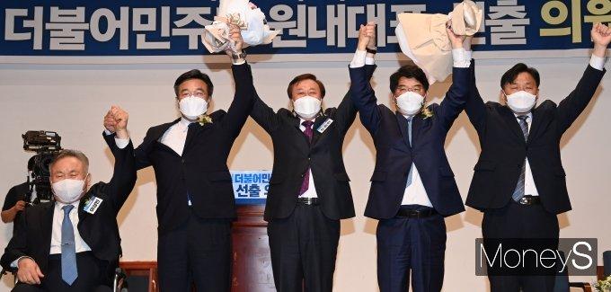 [머니S포토] '친문' 윤호중, 민주당 새 원내대표 당선