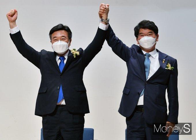 [머니S포토] 더불어민주당 신임 원내대표 윤호중 선출