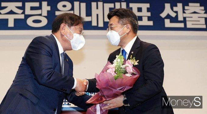[머니S포토] 김태년 축하받는 윤호중 신임 원내대표