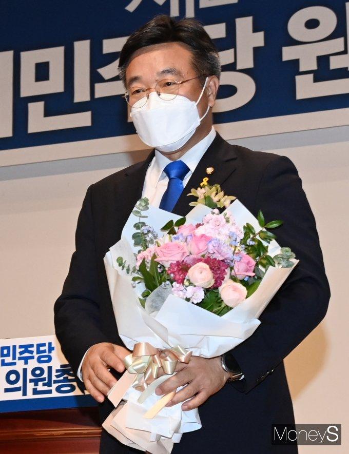 [머니S포토] 꽃다발 든 윤호중 민주당 신임 원내대표