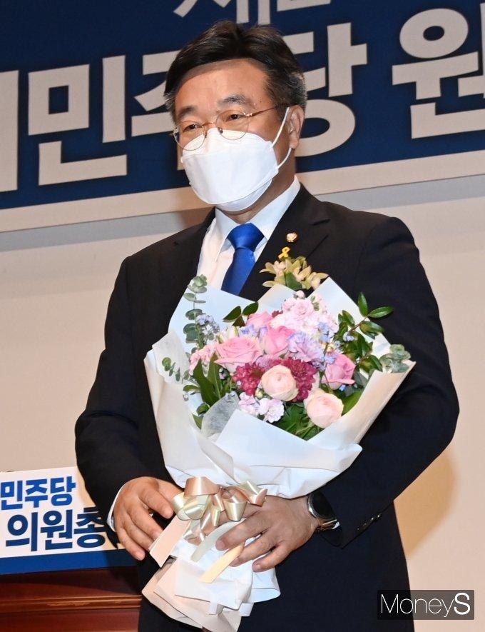 """민주당 새 원내대표 윤호중… """"패배 늪에서 벗어나겠다"""""""