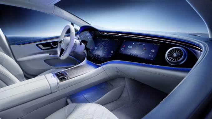 최근 출시되는 자동차의 공통점은 인테리어 디자인에서 디스플레이(화면)가 차지하는 비중이 커졌다는 점이다. 사진은 메르세데스-벤츠 EQS 실내. /사진제공=메르세데스-벤츠