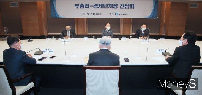 """[머니S포토] 경제단체장 만난 홍남기 """"정부·경제계 소통기회 정례화"""" 강조"""