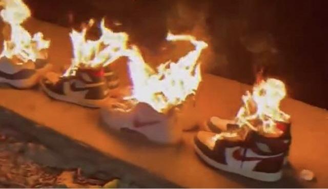 중국 소비자들이 신장 면화 거부를 선언한 글로벌 기업을 대상으로 불매운동을 벌이고 있다. 사진은 한 중국 누리꾼이 나이키에 항의하는 의미로 올린 동영상. /사진=웨이보 캡처