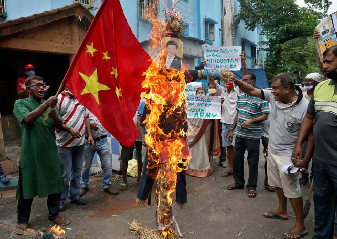 인도 시위대가 콜카타에서 시진핑 중국 국가주석의 시위 중 모습을 담은 공작물을 불태우며 반중구호를 외치고 있다. / 사진=로이터