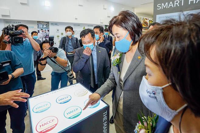 지난해 5월 한국식품안전관리인증원 HACCP 체험관을 찾은 박영선 중소벤처기업부 장관 /사진제공=중소벤처기업부