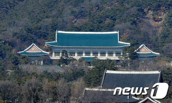청와대 참모진 개편… 정무수석 이철희, 대변인 박경미
