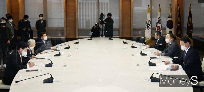 [머니S포토] 경제5단체 만난 홍남기 부총리