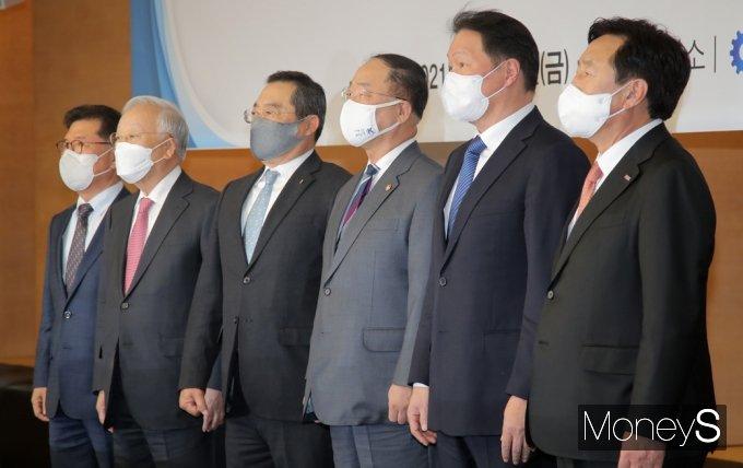 [머니S포토] 경제단체장과 기념촬영 갖는 홍남기 부총리