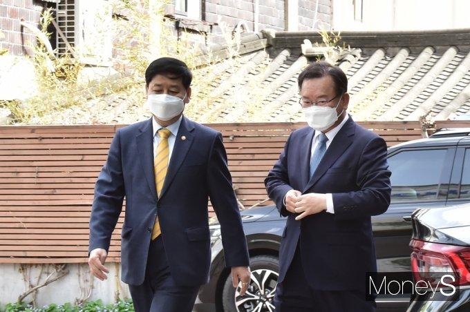 [머니S포토] 청문회 준비단 사무실 방문한 '김부겸' 총리 지명자