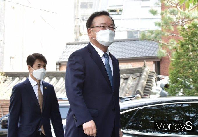 [머니S포토] 文 정부 마지막 개각단행, 김부겸 총리 지명자 사무실 찾아