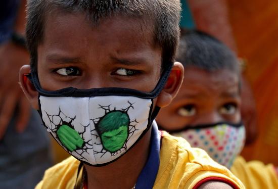 인도 어린이가 코로나19 감염 방지를 위해 마스크를 착용하고 있다. 인도는 8일 연속 일일 신규 확진자 수 사상 최다를 기록하고 있다. /사진=로이터