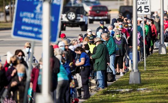 지난해 미국 플로리다주 포트마이어스에서 코로나 백신을 맞기 위해 레이크 파크 지역도서관에서 시민 수백 명이 줄을 서서 기다리고 있다. /사진=로이터