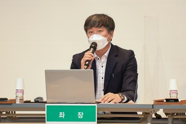 김포시의회가 김포아트빌리지 다목적홀에서 '수도권매립지 종료에 따른 대응방안 마련'을 주제로 올해 세번째 정책토론회를 개최했다고 16일 밝혔다. 사진은 좌장을 맡은 한종우 의원. / 사진제공=김포시의회