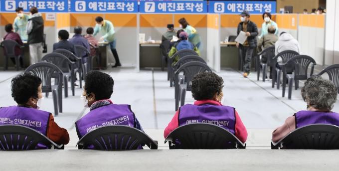 """국가별 100만명당 코로나 확진자 비교해보니… 정부 """"韓 잘하고 있다"""""""