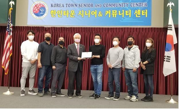 반도델라가 미국 로스앤젤레스(LA) 한인타운 '시니어&커뮤니티 센터'에 시설 개·보수를 위한 기부금을 전달했다. /사진제공=반도건설