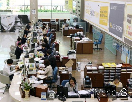 지방은행의 지난해 부동산 임대수익이 줄어든 것으로 나타났다. 사진은 서울 시중은행 영업 창구/사진=머니S