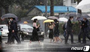 [내일 날씨] 중부지방 곳곳 소나기… 황사로 미세먼지 '매우나쁨'