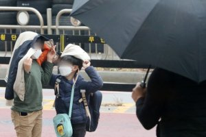 [오늘 날씨] 구름·미세먼지 낀 토요일… 수도권 천둥·번개 소나기
