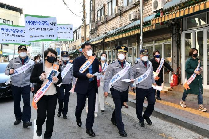 이귀만 복지여성국장(가운데)과 경찰, 시·도의원 등이 15일 수원역 성매매집결지 일원에서 캠페인을 전개하고 있다. / 사진제공=수원시