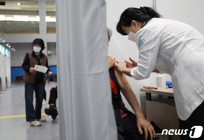 75세 이상 어르신들에 대한 코로나19 화이자 백신 접종이 시작된 15일 오전 서울의 한 예방접종센터에서 한 어르신이 백신을 접종 받고 있다. 2021.4.15/뉴스1 © News1 박정호 기자