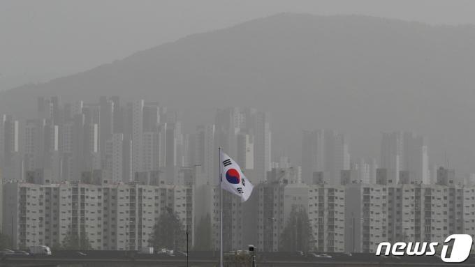 몽골과 중국발 황사가 찾아온 16일 오후 서울 도심이 뿌옇게 보이고 있다. 2021.4.16/뉴스1 © News1 이동해 기자