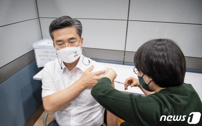 오는 6월 국외 출장 일정이 있는 서욱 국방부 장관이 16일 오전 국군수도병원에서 코로나19 아스트라제네카 백신을 접종하고 있다. (국방부 제공) 2021.4.16/뉴스1