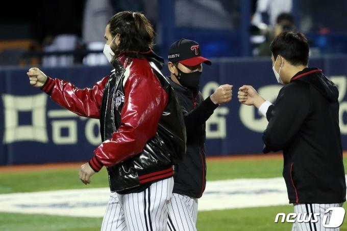 [사진] 승리 기쁨 나누는 류지현 감독·켈리
